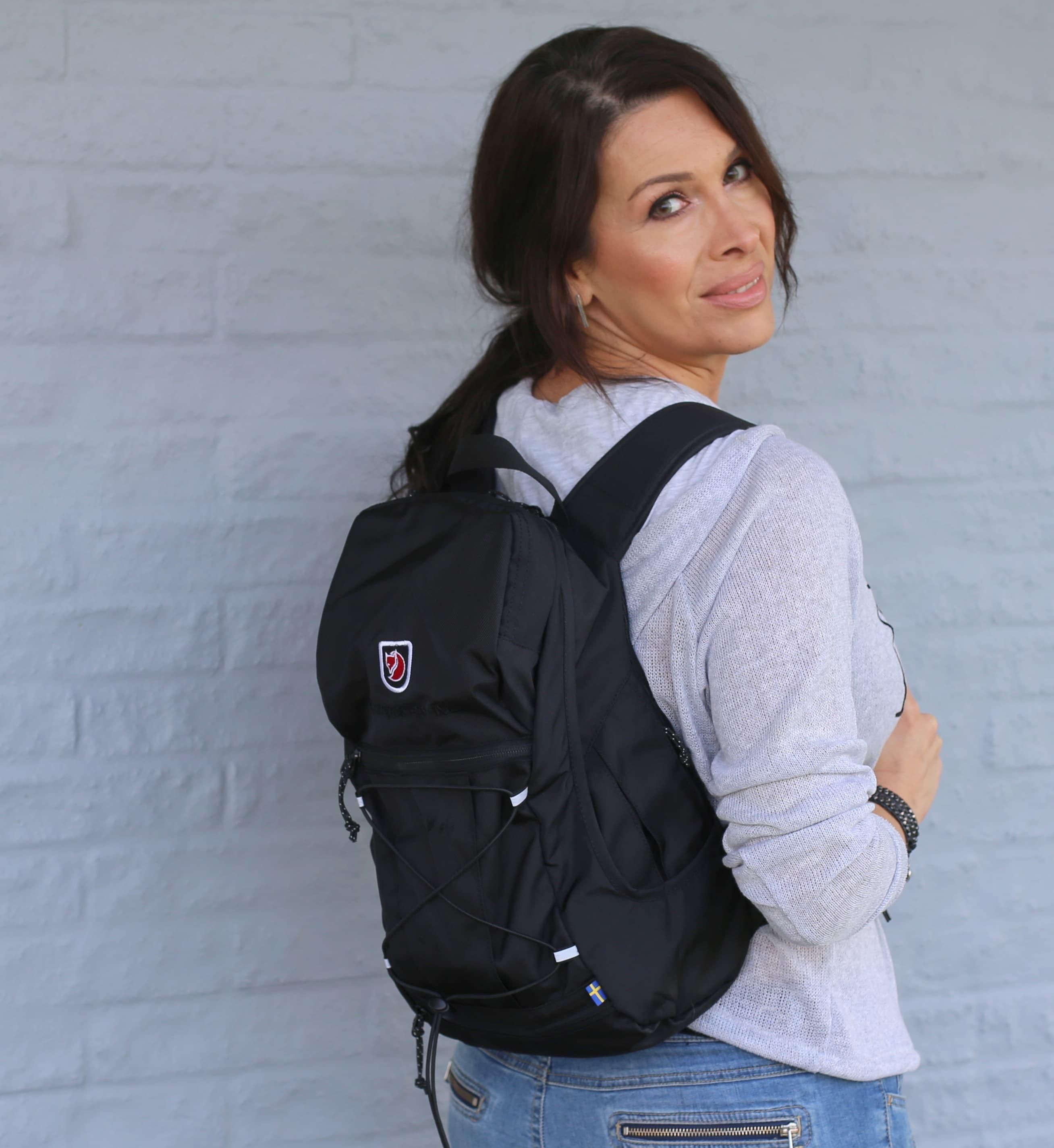 rygsæk på ryggen foran