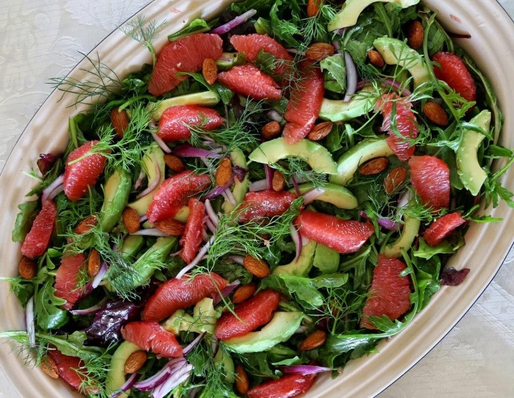 Pink grape salat med chilimandler og avocado