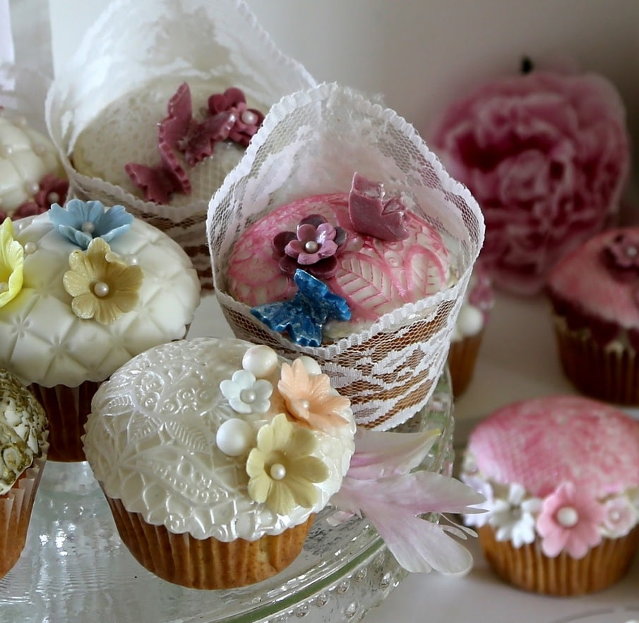 Festlige cupcakes med vanilje frosting og karamelfyld