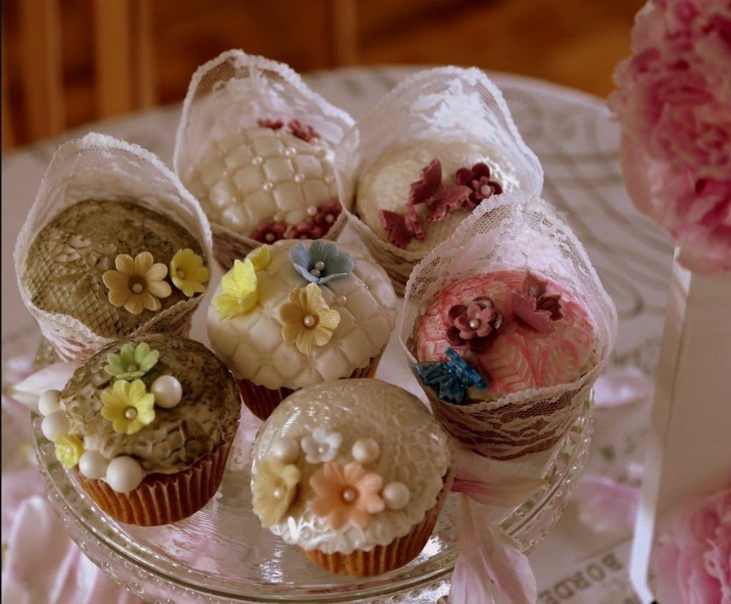 festlige cupcakes vanilje frosting kondenseret mælk