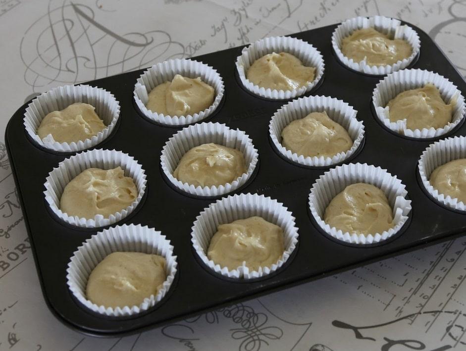 festlige cupcakes, vanilje frosting, kondenseret mælk