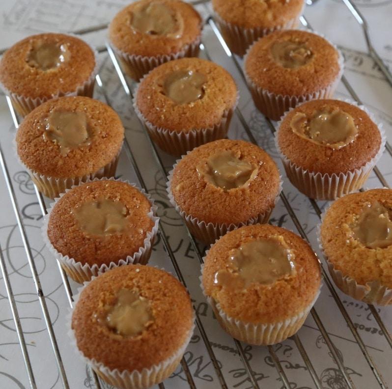 festlige cupcakes, vanilje frosting, kondenseret mælk,