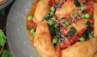Ravioli med kød og tomatsauce i en fart
