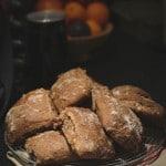 Opskrift på rustikke koldhævede sandwichboller med surdej