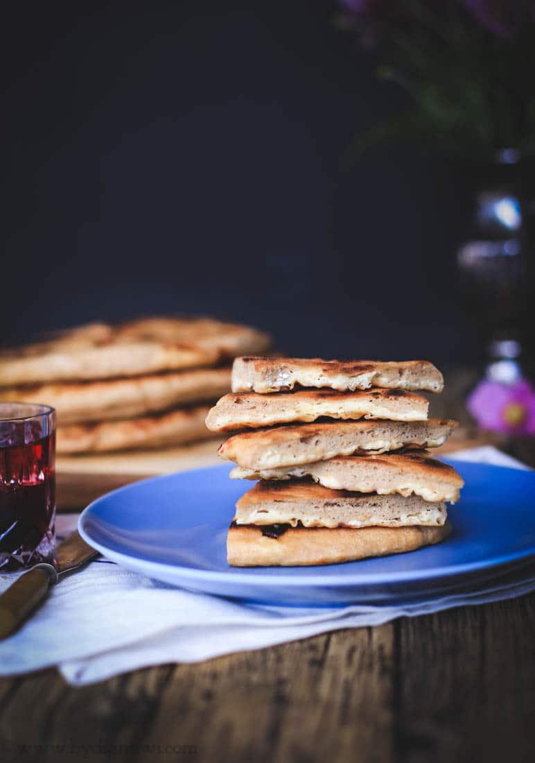 geogisk flatbrød med ostefyld, khachapuri