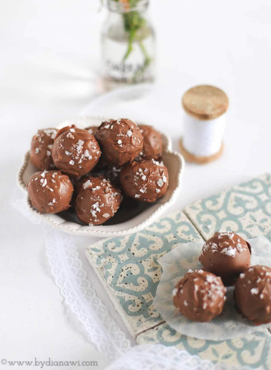 Brownie kugler med saltet karamel og salmiak