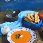 Tomatsuppe af ovnbagte tomater med hvedebrødsfritter
