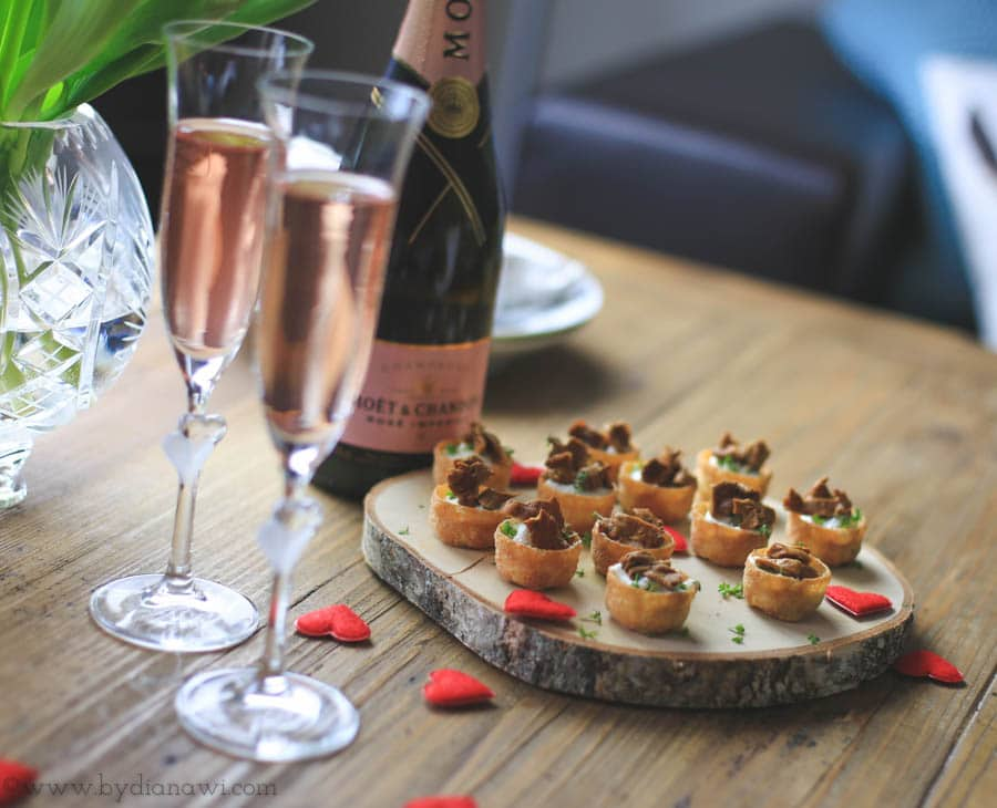 Kanapeer med hjemmerørt gedeost og kantareller - perfekte til Valentinsdag