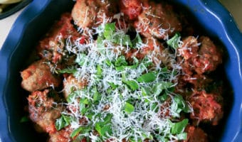 Italienske kødboller i tomatsauce og frisk sommersalat