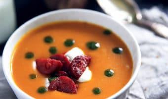 Græskarsuppe med ristede chorizo og basilikumolie