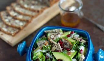 Favorit vintersalat med grønkål, avocado og stenalderbrød croutoner