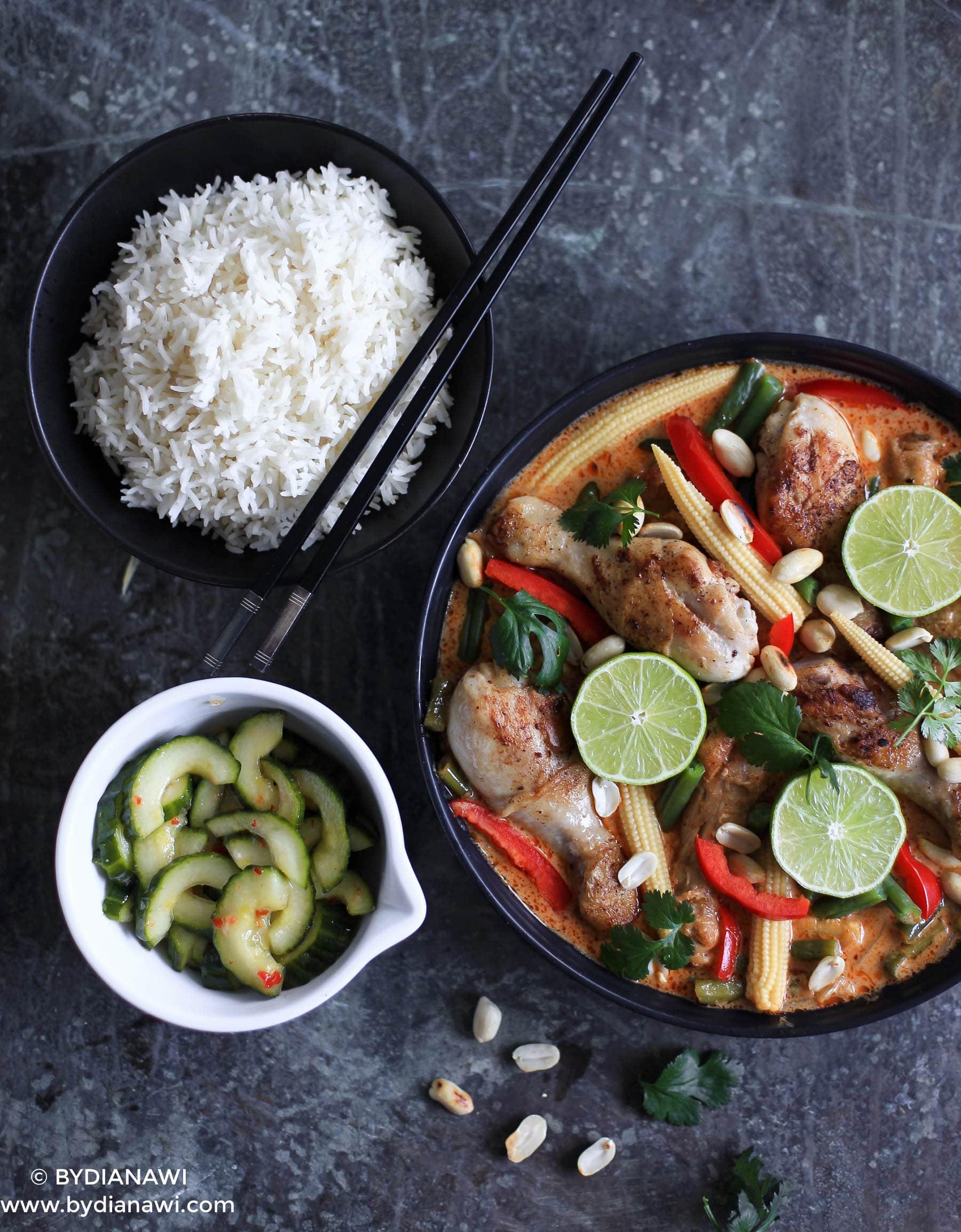 Rød karry kylling med thai agurkesalat og ris