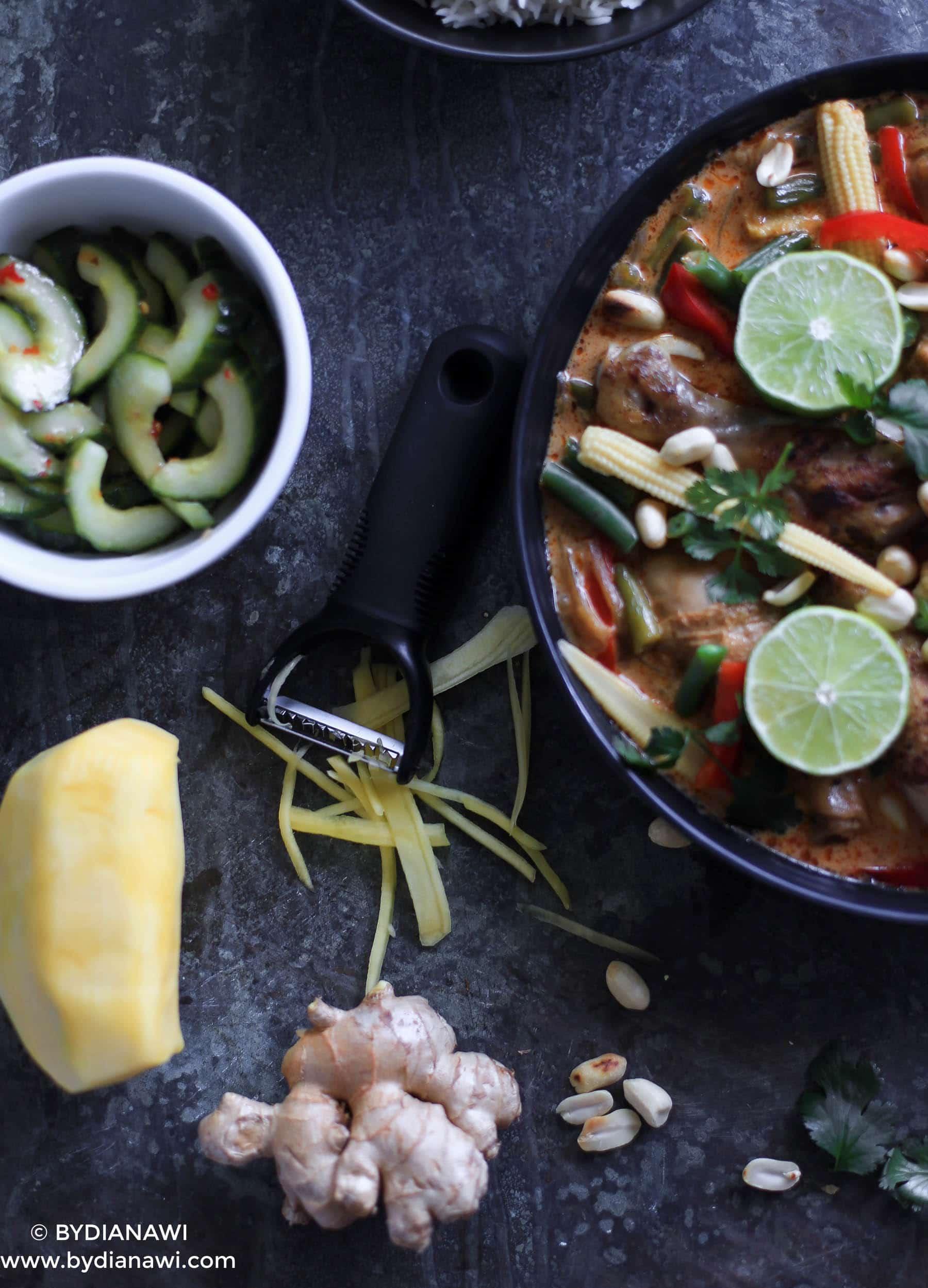 rød karry kylling, thai agurkesalat