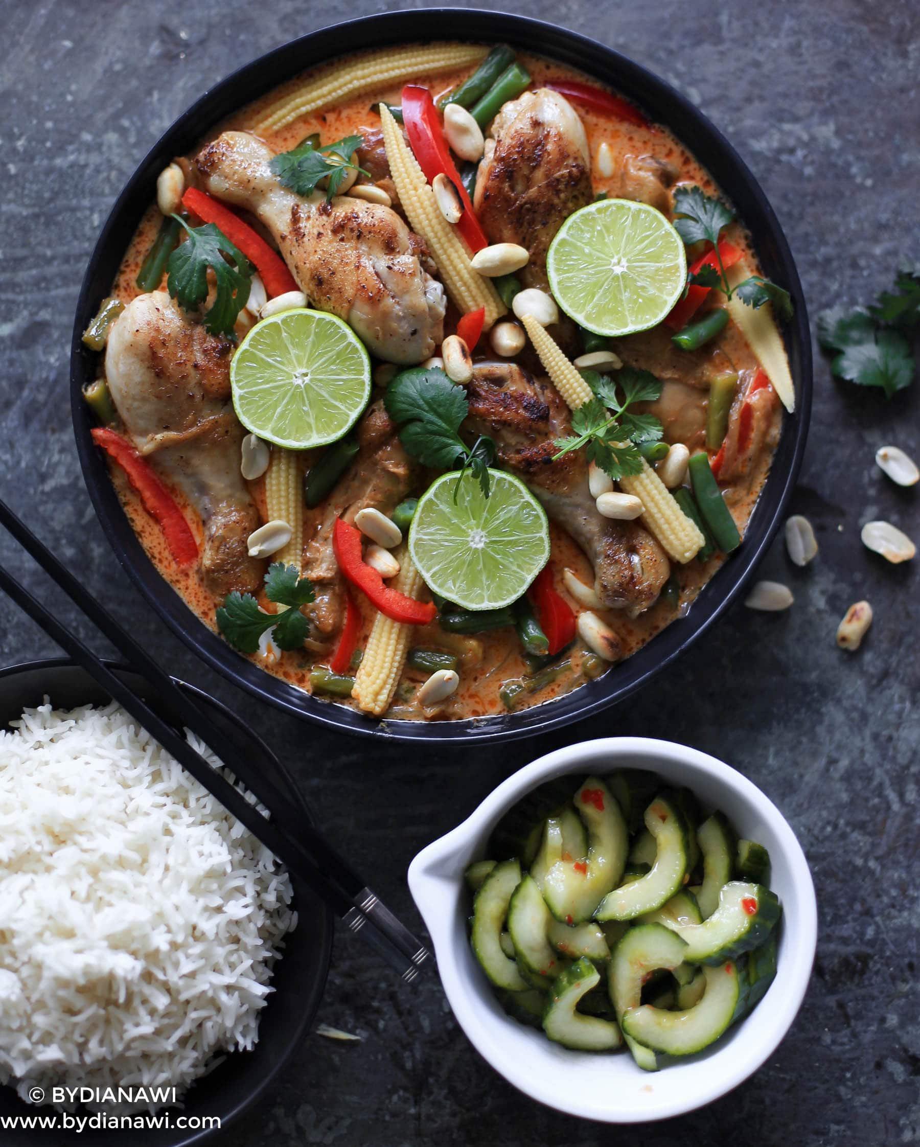 rød karry kylling, syltet thai agurkesalat