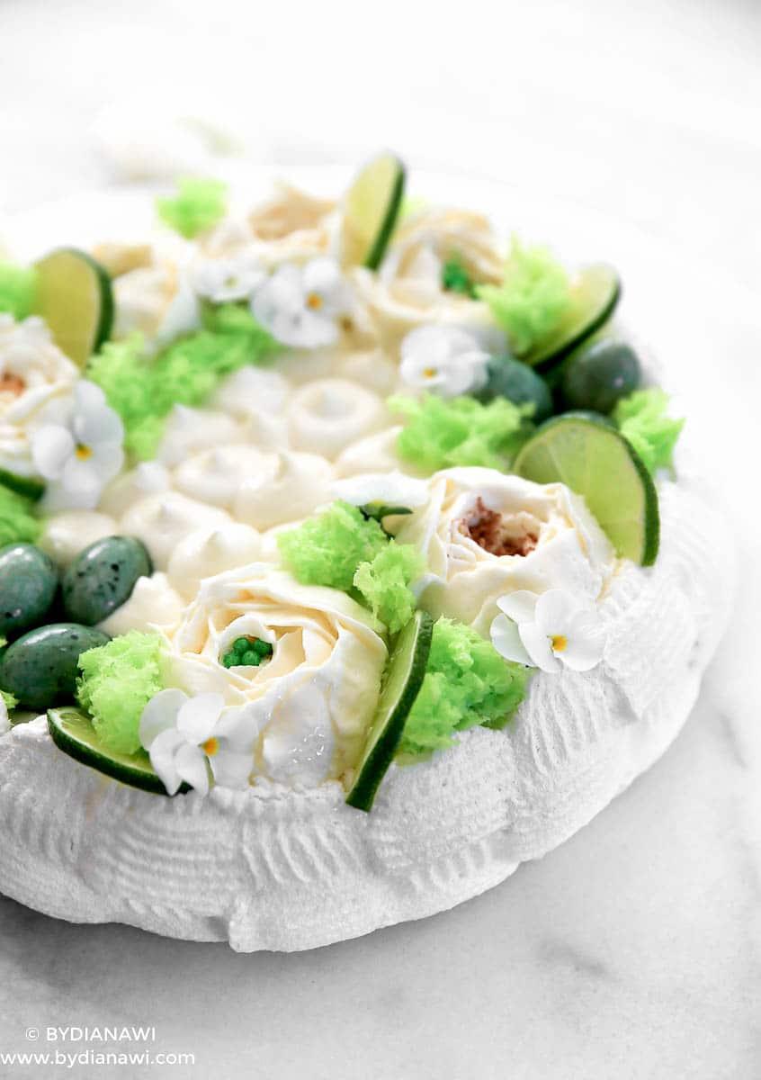 Marengsdessert Pavlova kage med ostecreme til påske