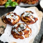 Pizzasnurrer med kalkunbacon, tomat, ost og hvidløgsdressing