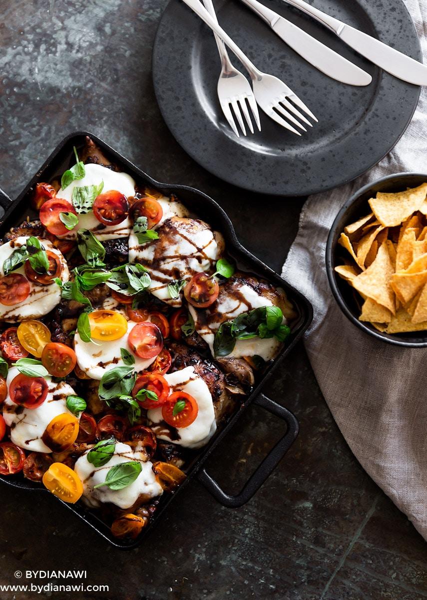 Balsamico glaseret kylling med mozzarella og tomater