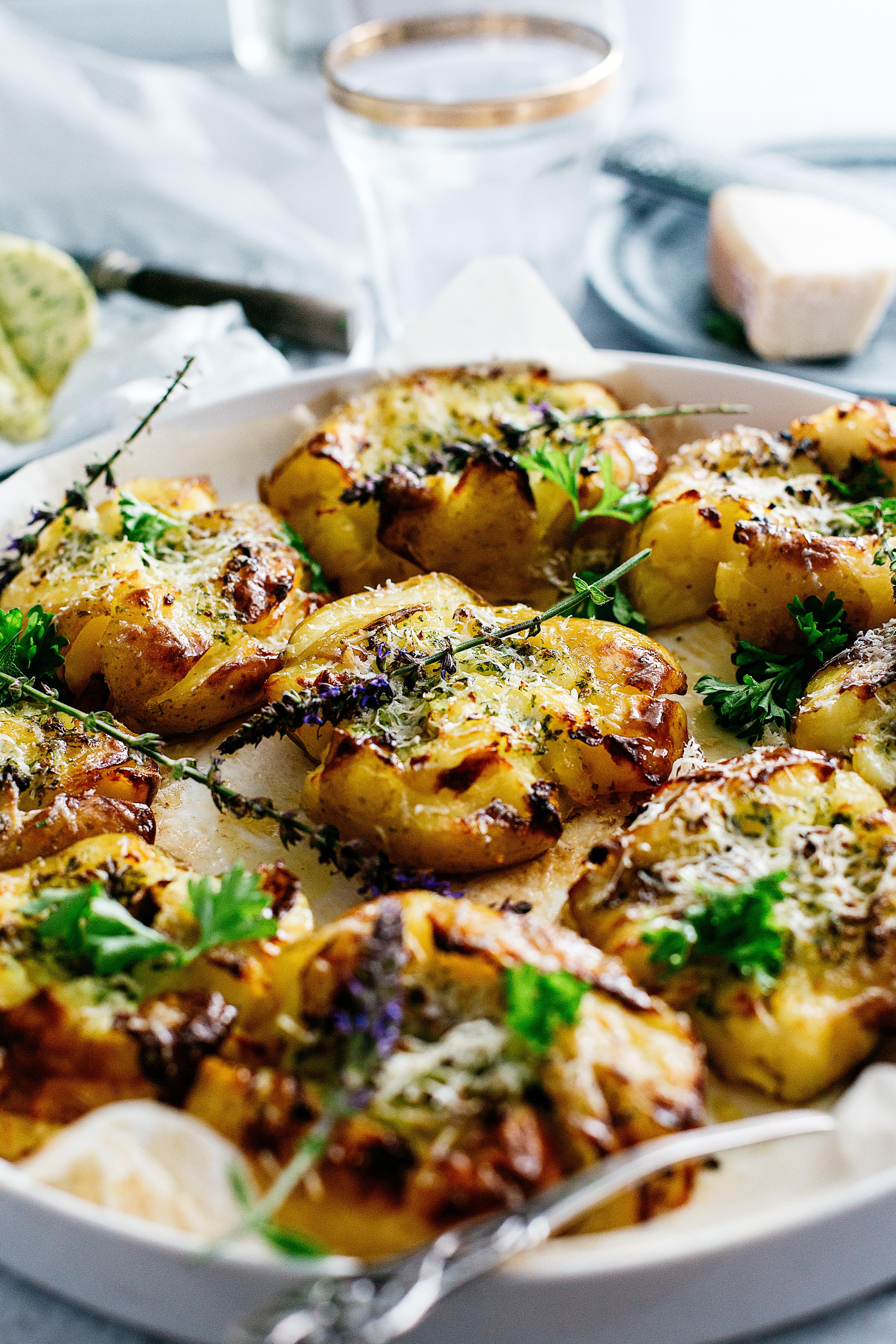 smashed potatoes, knuste kartofler opskrift, tilbehør til grillmad