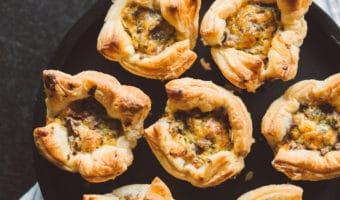 Nemme butterdejs muffins med kantareller, ost og æg