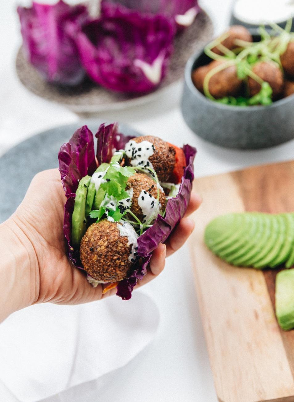 buddha bowl, falafler opskrift, fetadressing, salatskål