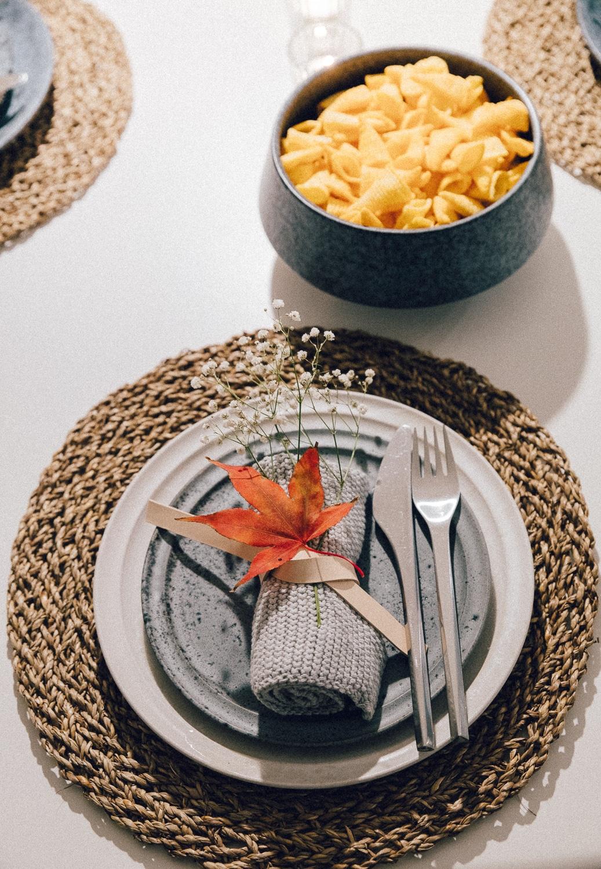 borddækning efterår ideer, bordpynt naturmaterialer, japansk ahorn