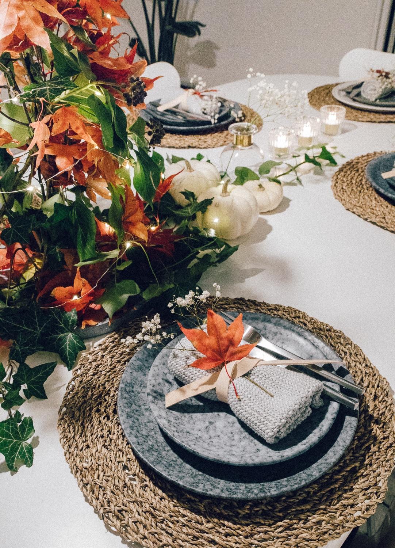 ideer til borddækning efterår, bordpynt af naturmaterialer, japansk ahorn