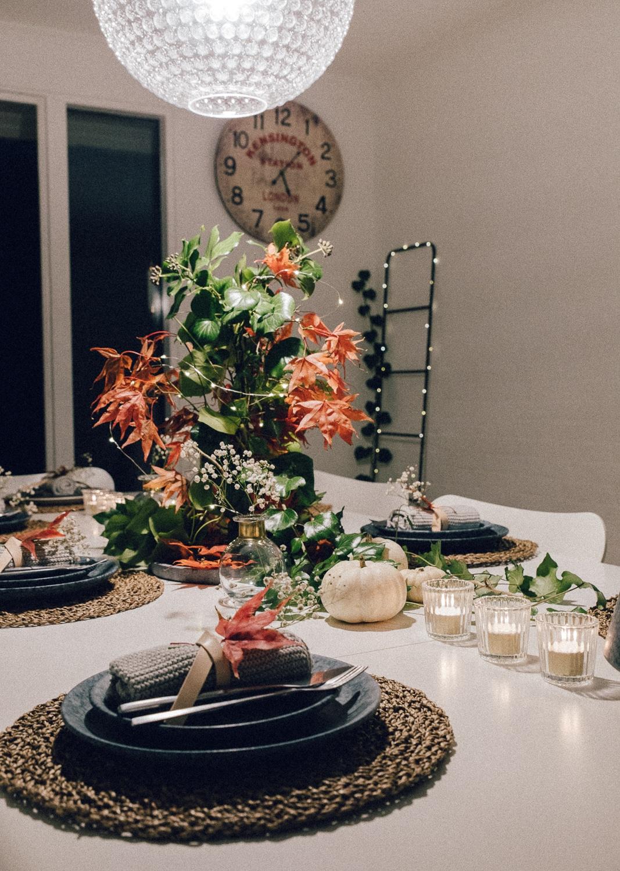 borddækning efterår ideer, inspiration til bordpynt naturmaterialer, ahorn