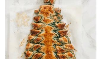 Spinattærte formet som juletræ