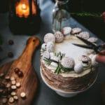 Krydret squashkage med cream cheese frosting og små marengssvampe