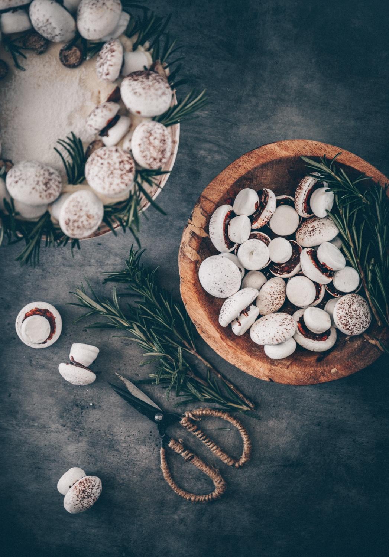 Bagte marengs champignoner eller marengssvampe med chokolade