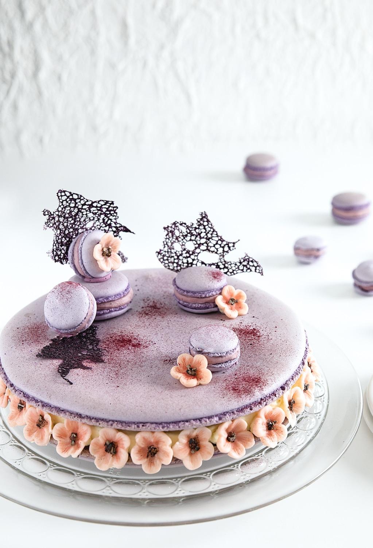 kæmpe macaron kage, kirsebærblomster, brombærganache