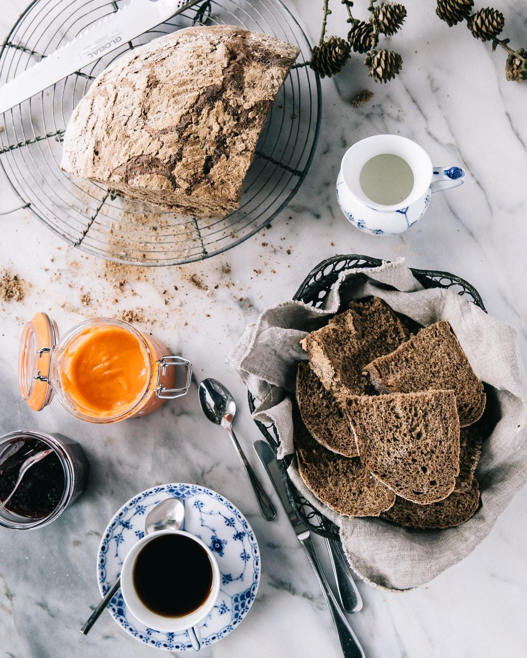 rustikt groft brød i hævekurv, brød opskrift