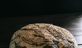 Opskrift på rustikt brød med hævekurv og surdej