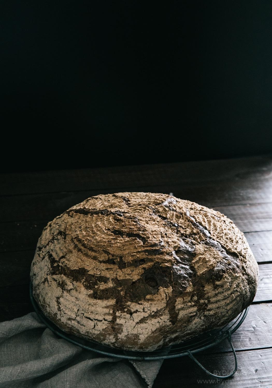 brød i hævekurv, groft rustikt brød
