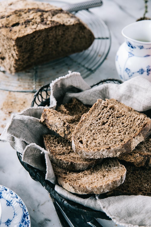 rustikt groft brød i hævekurv, opskrift